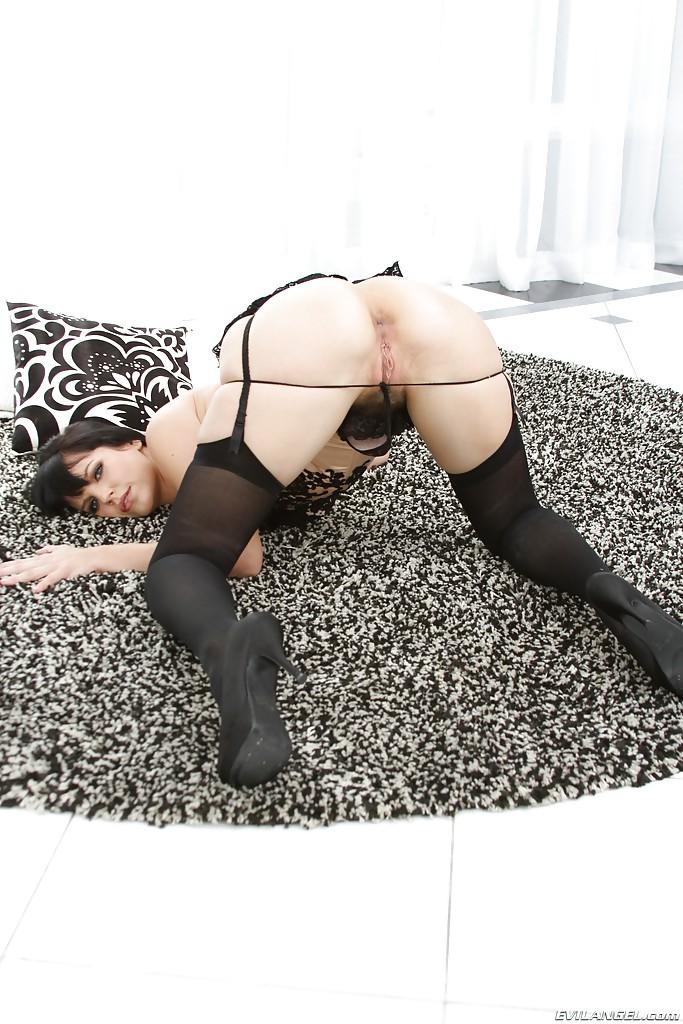 Темноволосая милфа Бобби Стар показала большую попку на камеру - секс порно фото