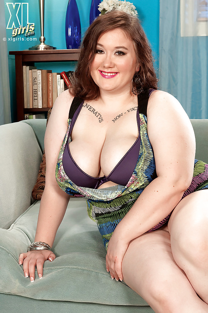 Пышка Lilli Blue показала висячие сиськи и большую попу на сером диване - секс порно фото