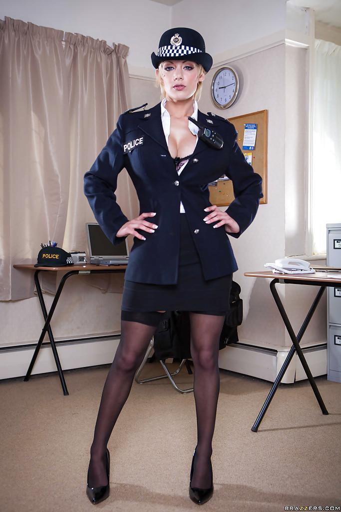 Строгая полицейская с большими сиськами разделась в участке - секс порно фото