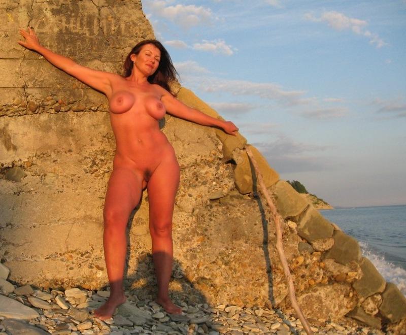 Толстозадая мамка с большими сиськами разделась на море - секс порно фото