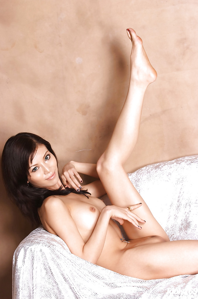 Гибкая телка с выразительными глазами сняла розовый купальник на постели - секс порно фото