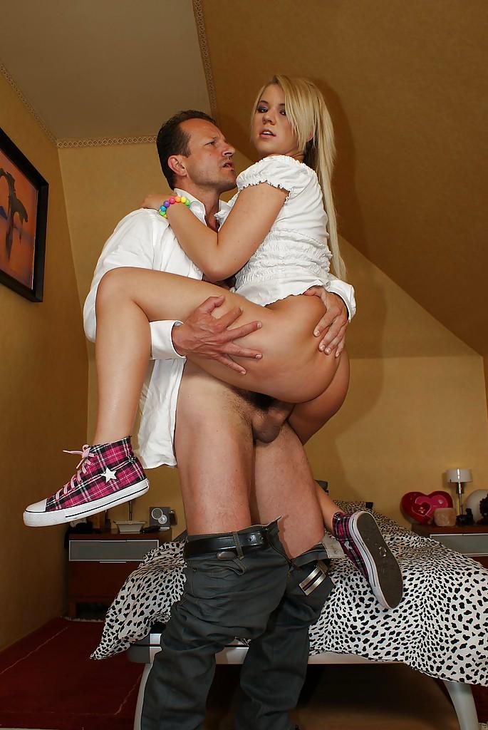 Сладкая блондинка Zorah White дала в анал взрослому любовнику у себя дома - секс порно фото