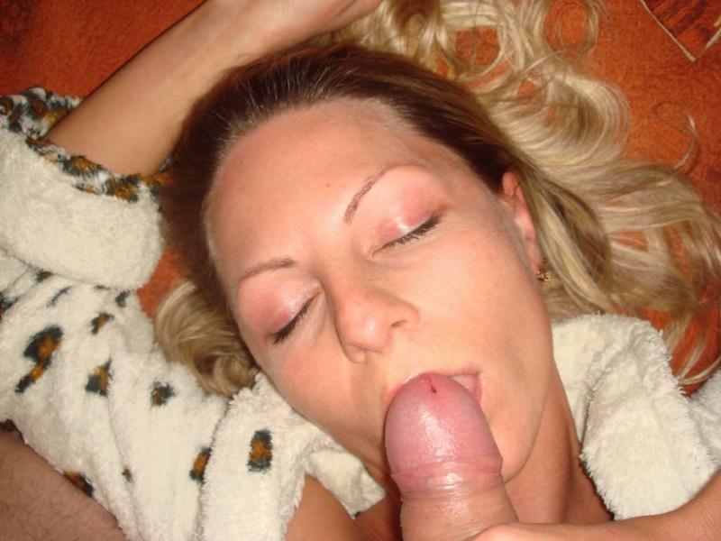 35летняя блондинка с большой попой делает другу минет на камеру - секс порно фото