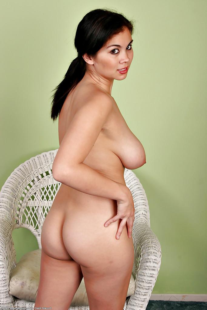Сисястая латинка сняла одежду и показала киску в плетеном кресле - секс порно фото
