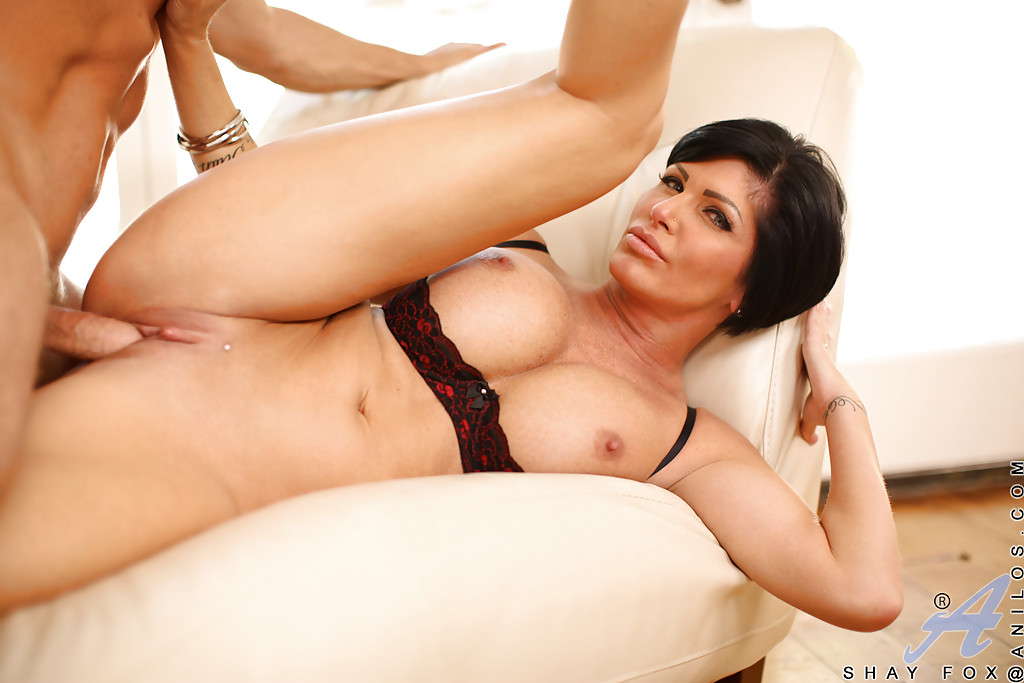 Начальник привел грудастую секретаршу домой и трахнул в кресле - секс порно фото