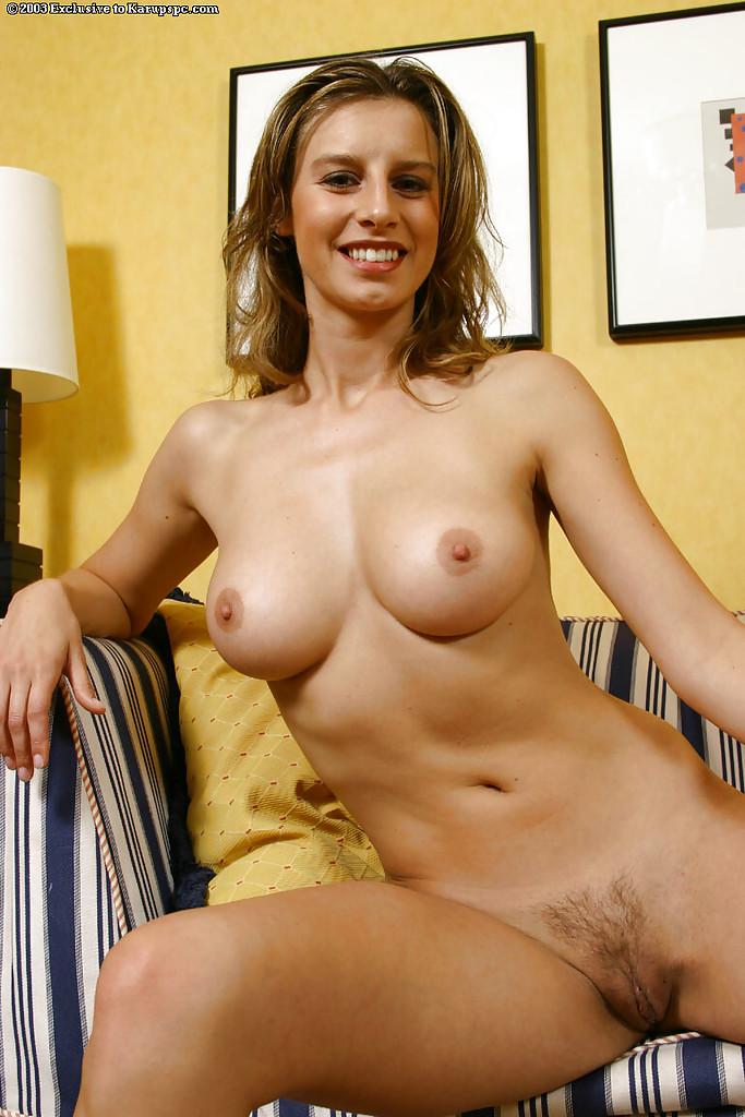 30летняя баба с вьющимися волосами разделась на полосатом диване - секс порно фото