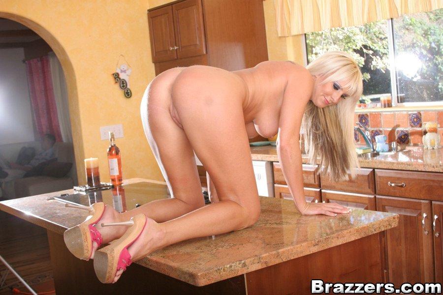 Блондинка с широкими бедрами сняла розовое белье на кухне - секс порно фото