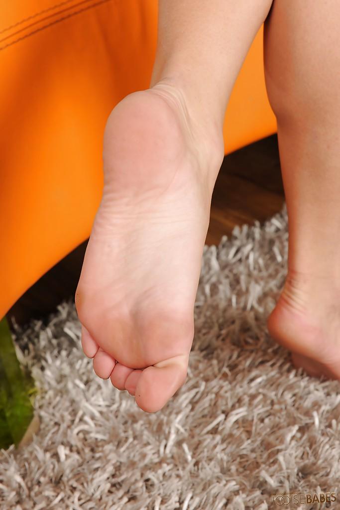 Толстозадая блондинка сняла розовый лифчик на оранжевом диване - секс порно фото
