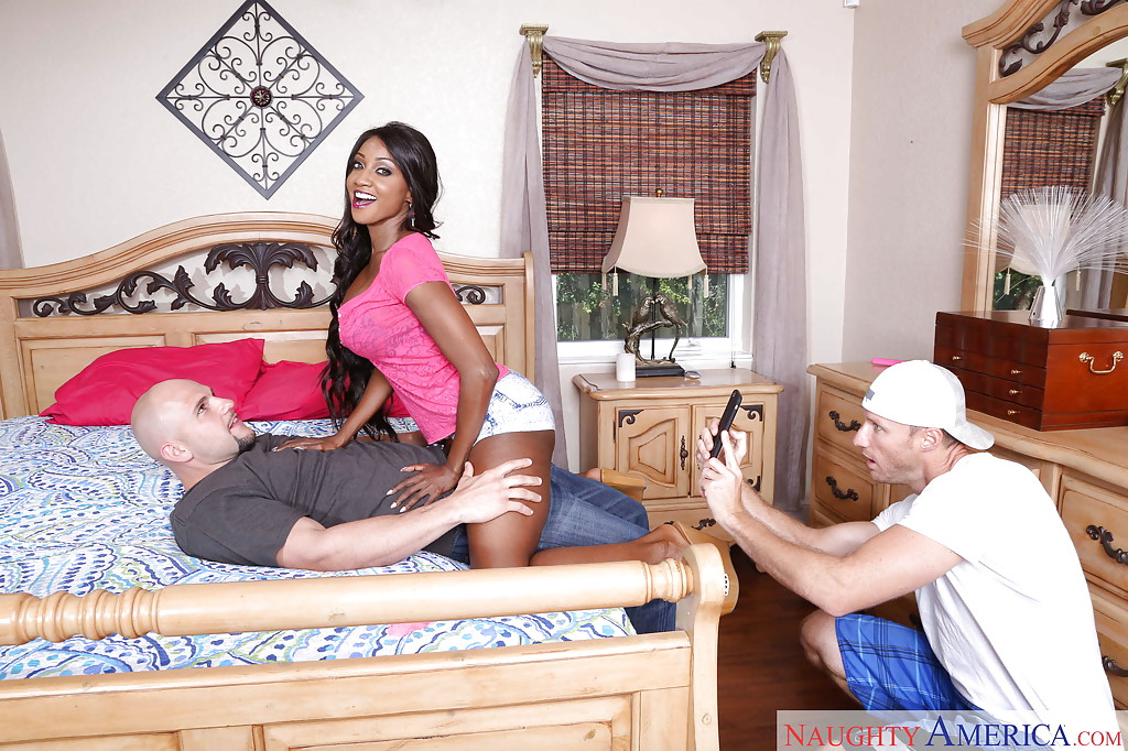 Лысый мужик с большим членом отодрал грудастую мулатку у неё дома - секс порно фото