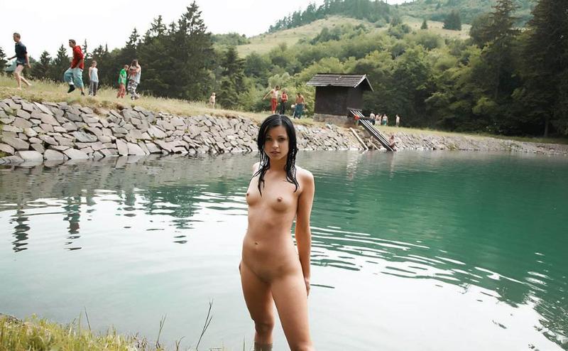 20тилетняя нудистка с темными волосами оголилась на реке - секс порно фото