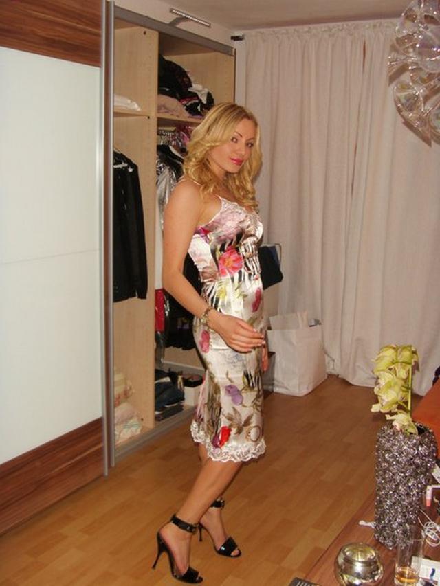 Замужняя блондинка с длинными ногами позирует для молодого любовника - секс порно фото