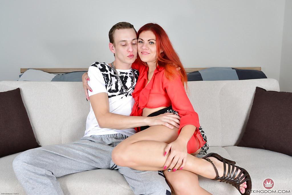 Рыжая красотка с пирсингом дала парню в киску после фетиша ногами - секс порно фото