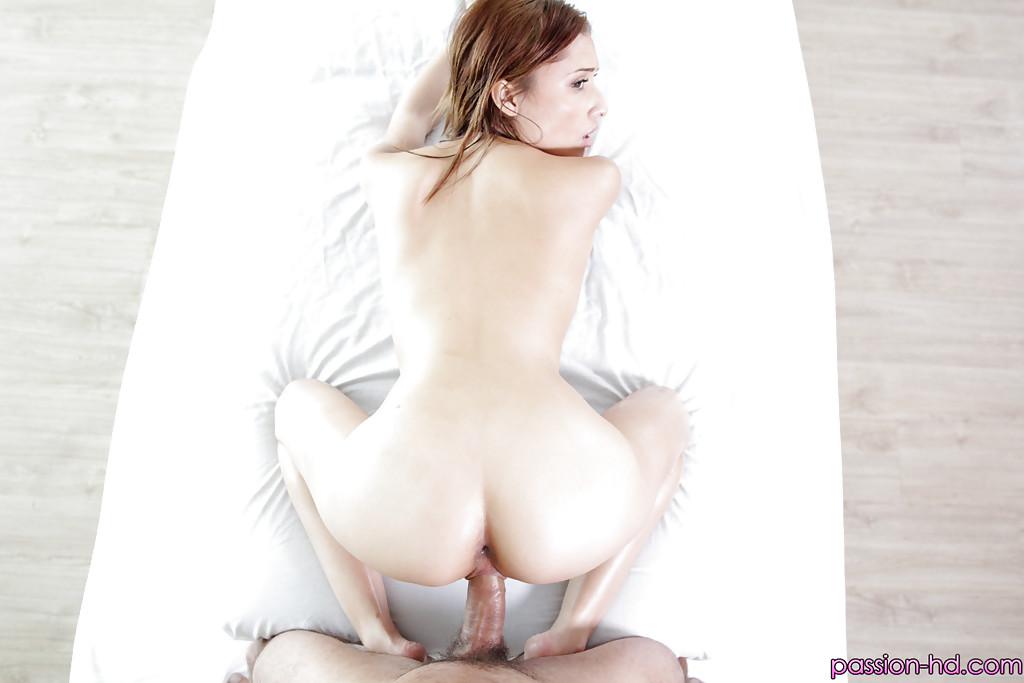 Бородатый мужик обслужил Adessa Winters членом в киску во время массажа - секс порно фото