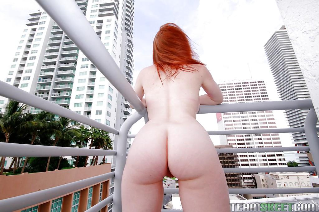 Рыжая красотка Rainia Belle с пышной попой разделась и вышла на балкон - секс порно фото
