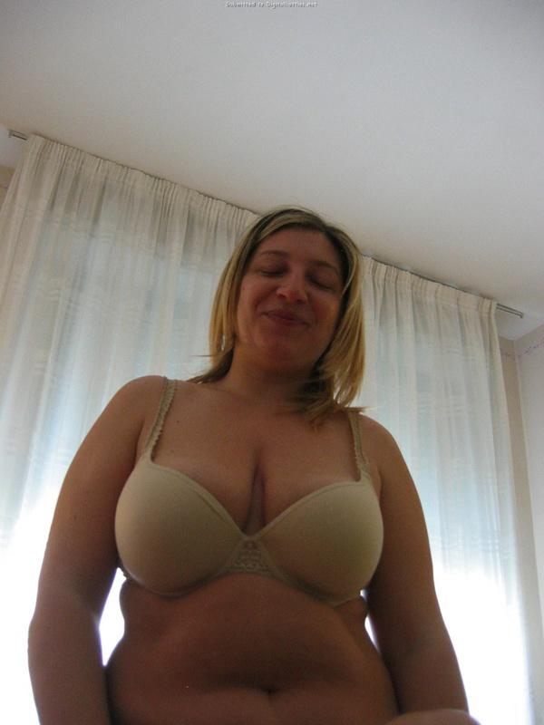Полная блондинка с голубыми глазами показала голые сиськи - секс порно фото