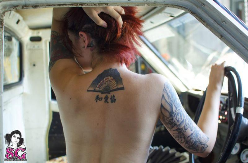 Девушка-автомеханик разделась в рабочем гараже - секс порно фото