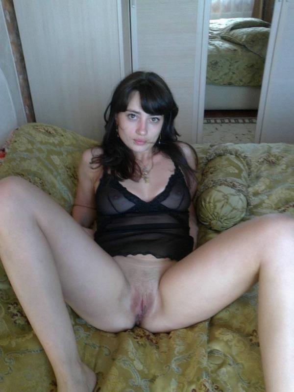 Темноволосая еврейка с крупными сосками показывает киску дома - секс порно фото