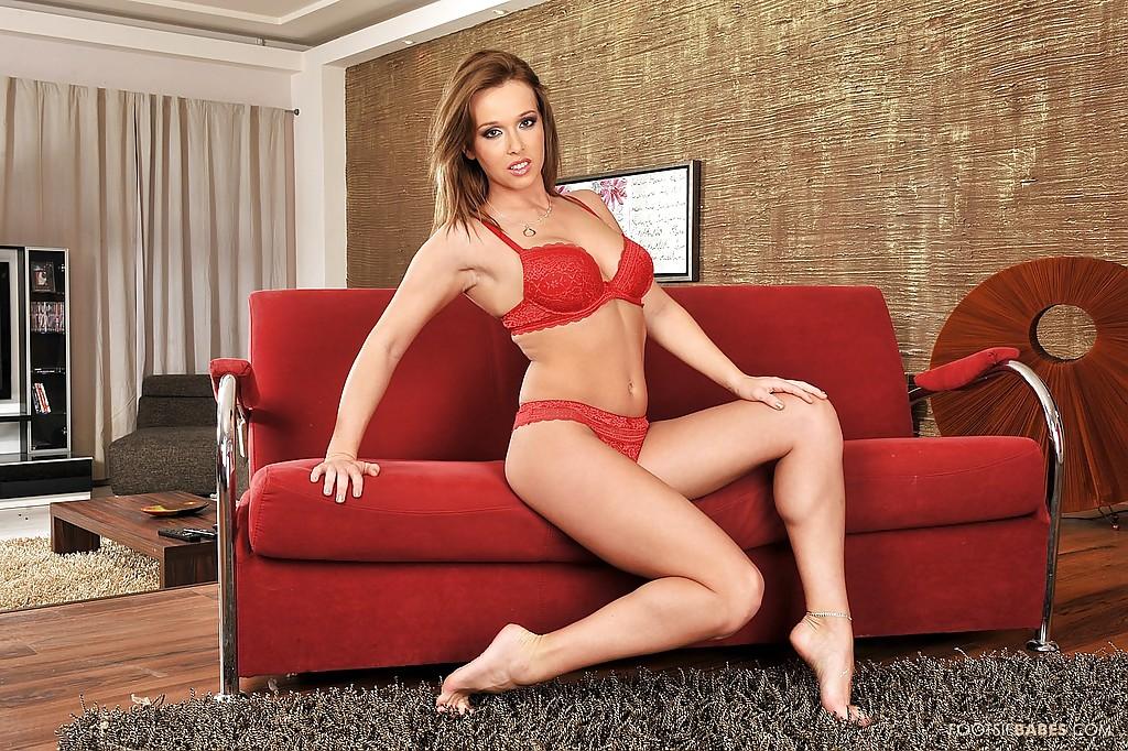 Аппетитная милфа сняла красное белье и моется в душе - секс порно фото