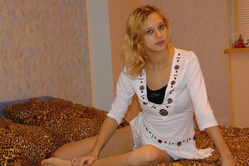 19летняя блондинка сняла одежду на леопардовом покрывале - секс порно фото