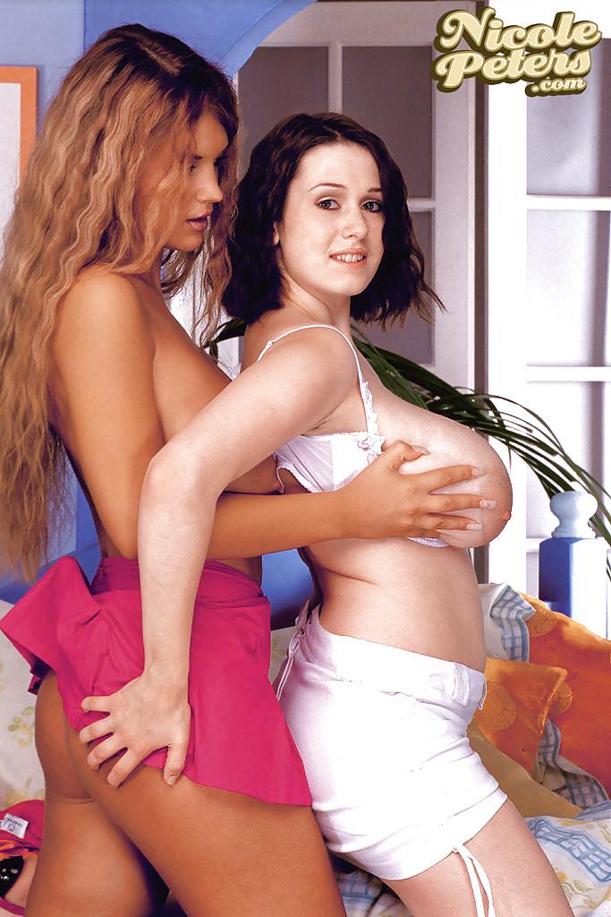 Горячие лесбиянки с большими дойками развлекаются в спальне - секс порно фото
