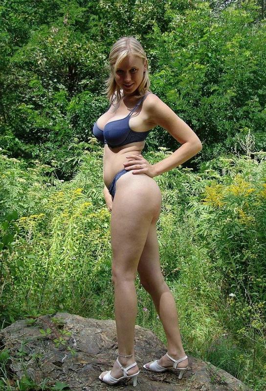 Грудастая блондинка обливается сгущёнкой в лесу - секс порно фото