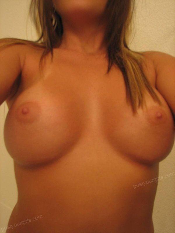 Сисястая американка в желтых стрингах делает селфи грудей в ванной - секс порно фото