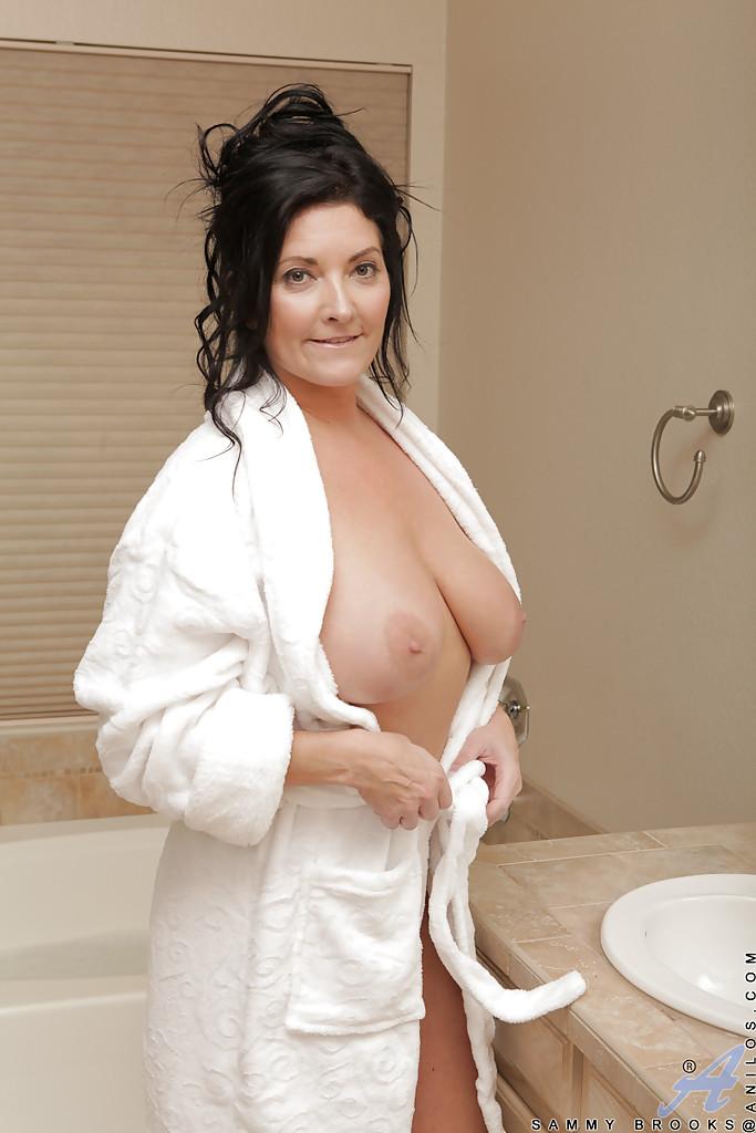 Полноватая милфа с большими дойками сняла халат и забралась в ванную - секс порно фото