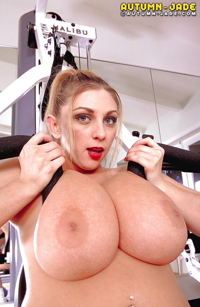 Полноватая Autumn Jade пощупала огромные дойки на тренажере - секс порно фото
