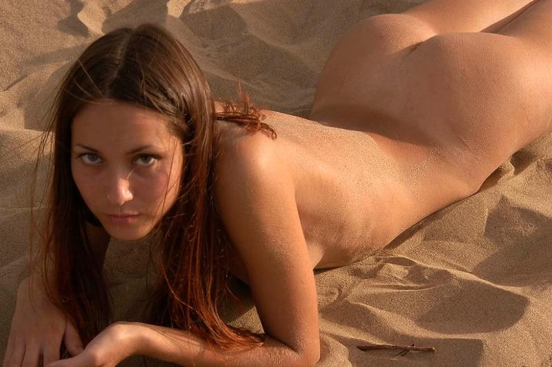 Стройная нудистка гуляет по пляжу вечером и валяется на песке - секс порно фото
