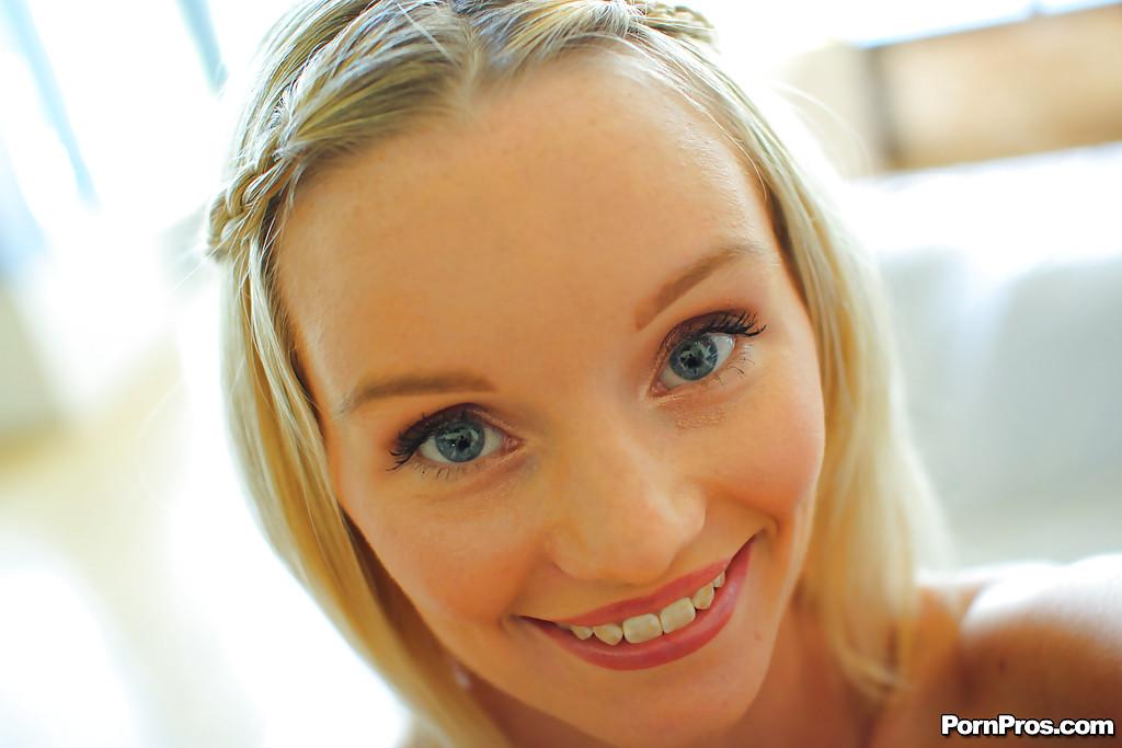 Sammie Daniels с милой улыбкой оголилась на белых простынях - секс порно фото