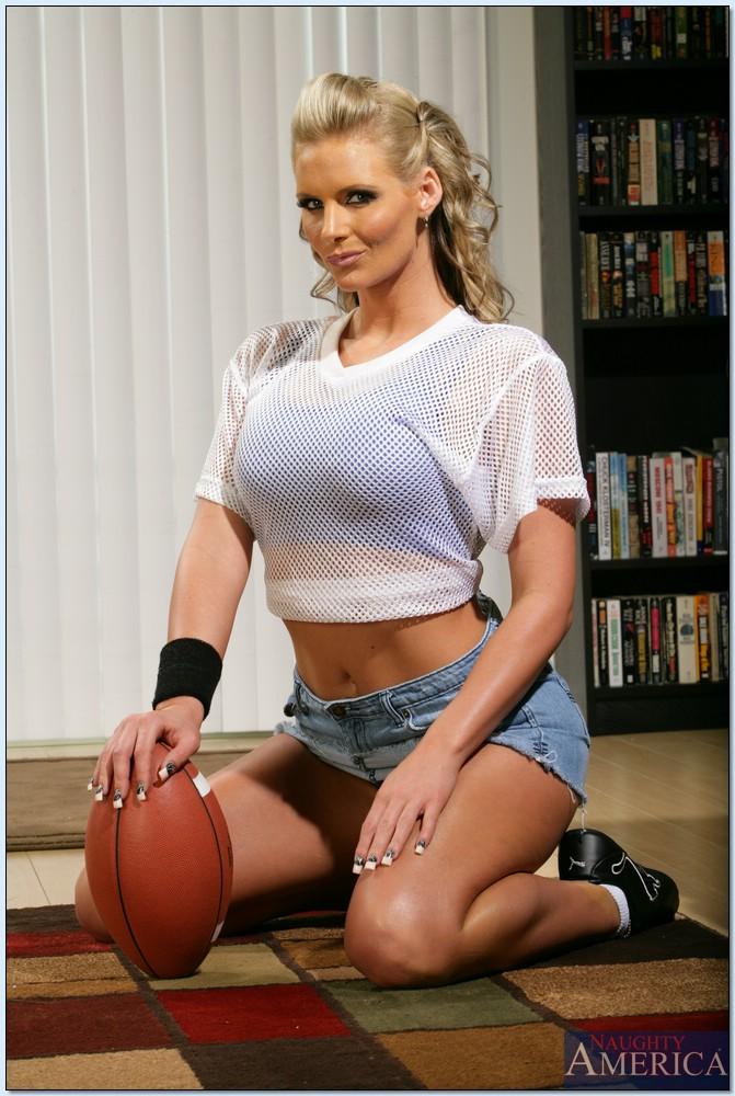 Мамаша Phoenix Marie раздевается вернувшись с игры по футболу - секс порно фото