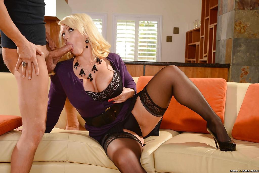 Alura Jensen в фиолетовом платье отсасывает соседу на диване - секс порно фото