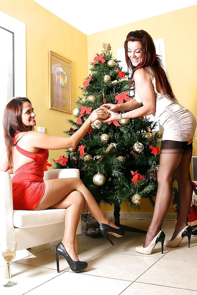 Две лесбиянки наряжают ёлку только в чулках и трусиках - секс порно фото