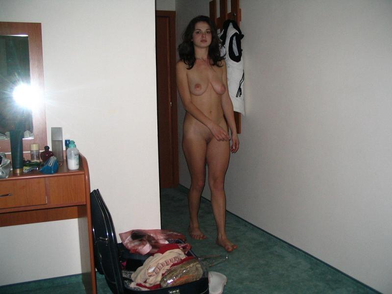 Сочная брюнетка позирует голая для парня и трахается в киску дома - секс порно фото